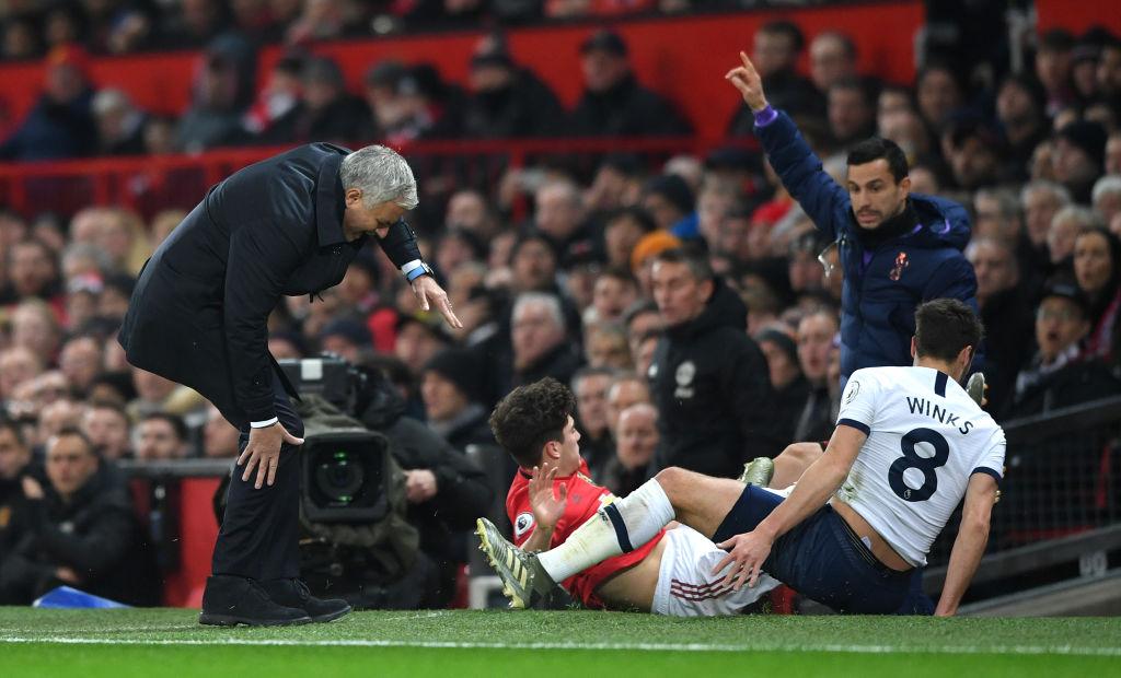 Premier League. Manchester United - Tottenham. To musiało boleć. Piłkarz zderzył się z nogą Mourinho - Sport WP SportoweFakty